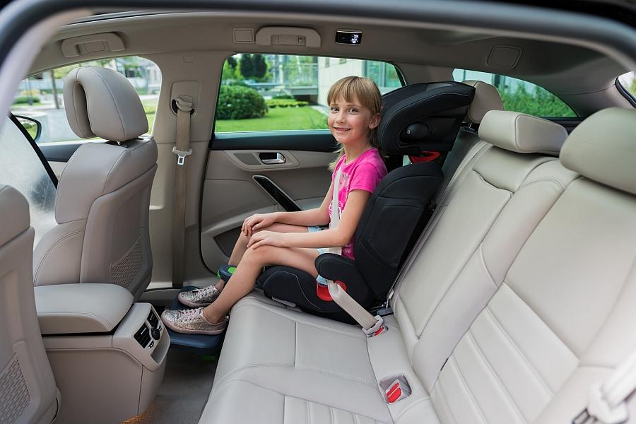 dlaczego-dzieciom-cierpna-nogi-w-aucie-podnozek-samochodowy