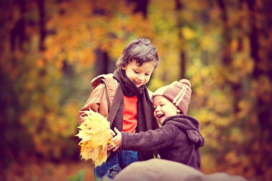 jesienne-zabawy-z-dziecmi-kneeguardkids