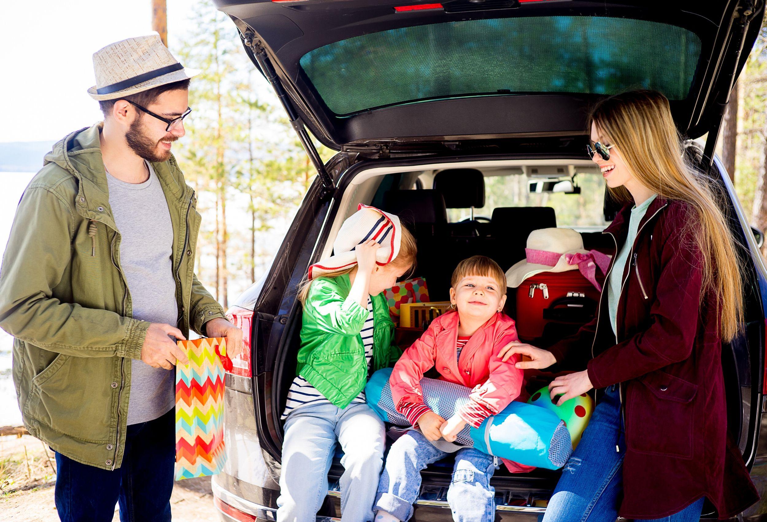 wyjazd na wiosenną wycieczkę z dziećmi z podnóżkiem kneeguardkids